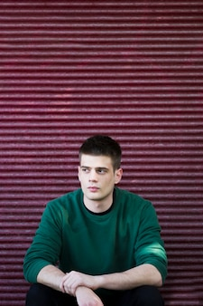 Nachdenklicher mann im grünen pullover
