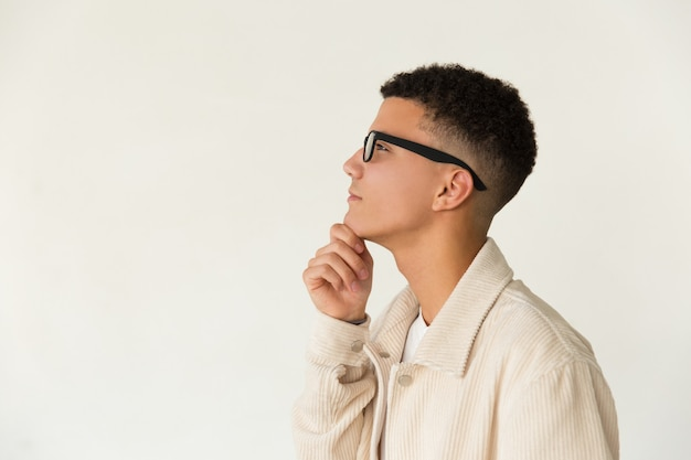 Nachdenklicher mann in brille, der beiseite schaut