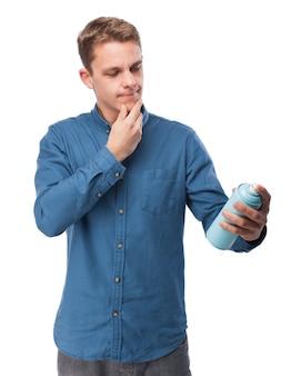 Nachdenklicher mann mit einer spraydose