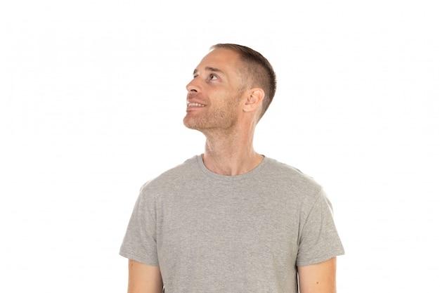 Nachdenklicher mann mit grauem t-shirt