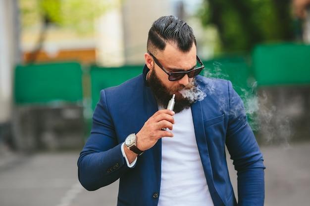 Nachdenklicher mann rauchen