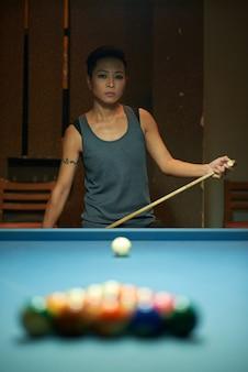 Nachdenklicher poolspieler