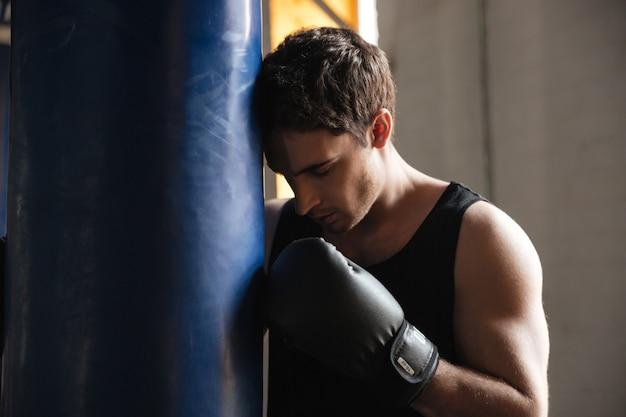 Nachdenklicher sportler-boxer, der über training nachdenkt