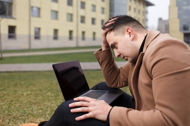 Nachdenklicher student hält seinen kopf