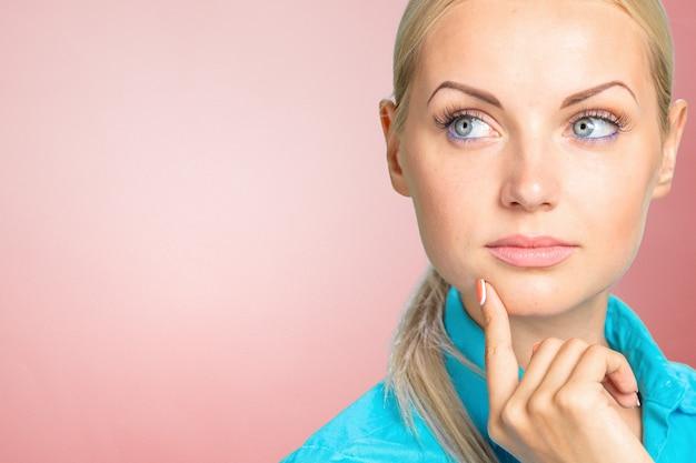 Nachdenkliches durchdachtes blondineporträt