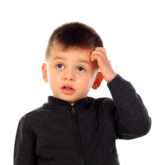 Nachdenkliches kind mit kurzen haaren