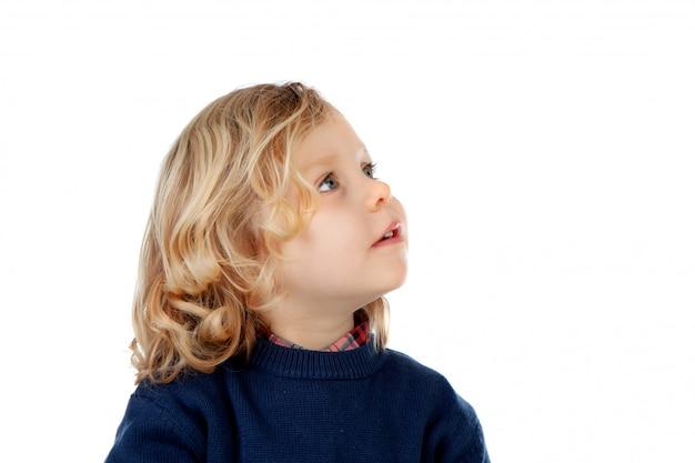 Nachdenkliches kleines kind, das oben schaut