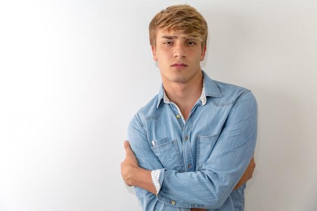 Nachdenkliches porträt des jungen mannes im weißen hintergrund