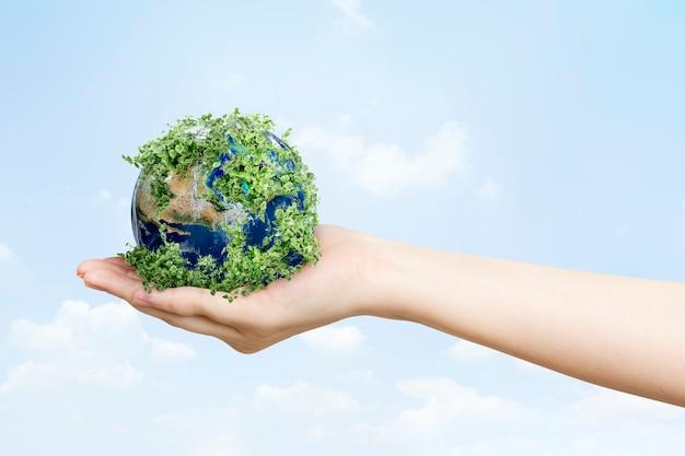 Nachhaltig lebende umweltschützerhand, die grüne erde hält