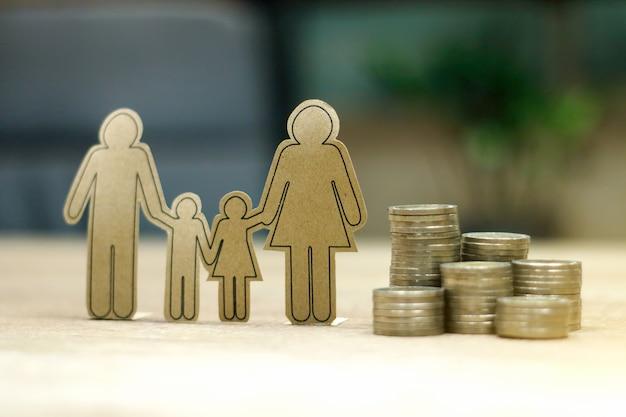 Nachhaltiges finanzielles ziel für das familienleben. eltern und kind mit reihen steigender münzen zeigen ersparnisse oder wachstum für neue familien