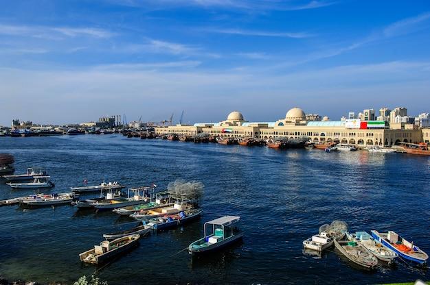 Nachmittagsansicht einer der lagunen von sharjah.uae