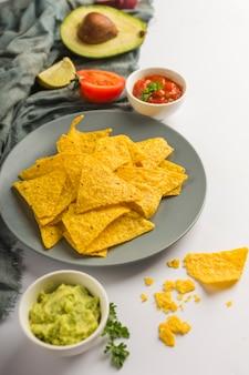 Nacho-chips eintauchen