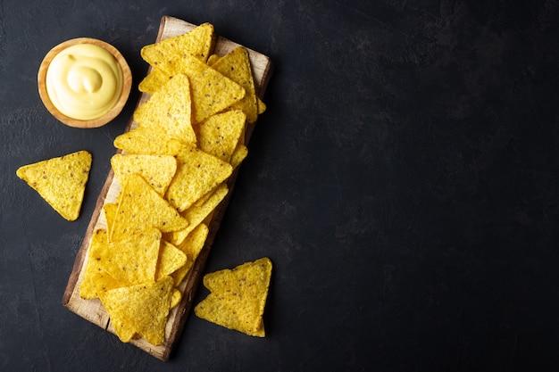 Nachos-chips mit käsesauce