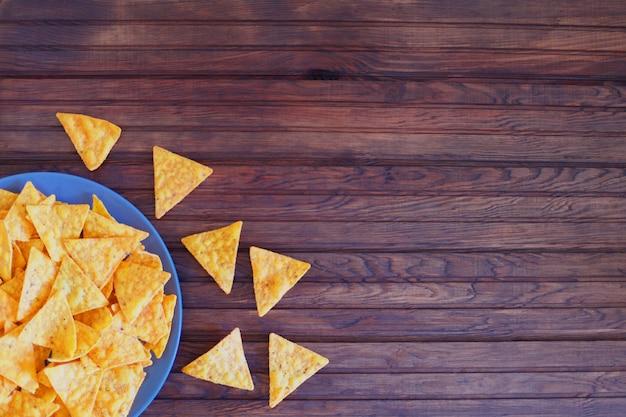 Nachos-corn chipe auf einem rustikalen hölzernen