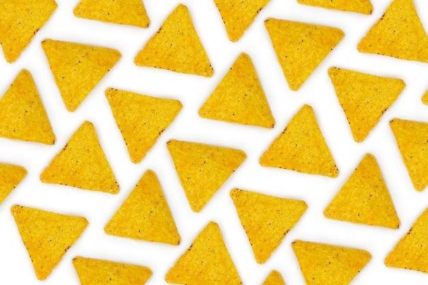 Nachos mexikanische chips muster auf weißem hintergrund tortilla chips nachos snack tapete draufsicht