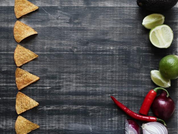 Nachos mit limette und zwiebel auf dem tisch