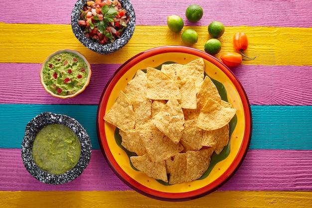 Nachos tortilla chips mit mexikanischen saucen
