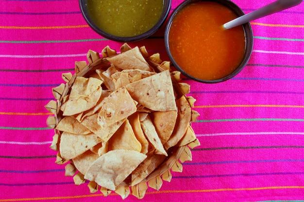 Nachos totopos mit mexikanischem lebensmittel der chili-sauce