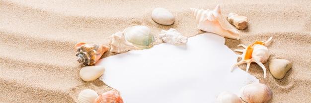Nachricht in zerrissenem papier am strand.