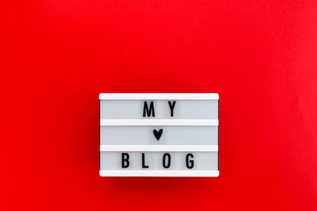 Nachricht mein blog auf weißem leuchtkasten auf roter oberfläche