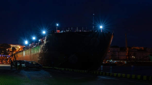 Nacht am seehafen in odessa, ukraine