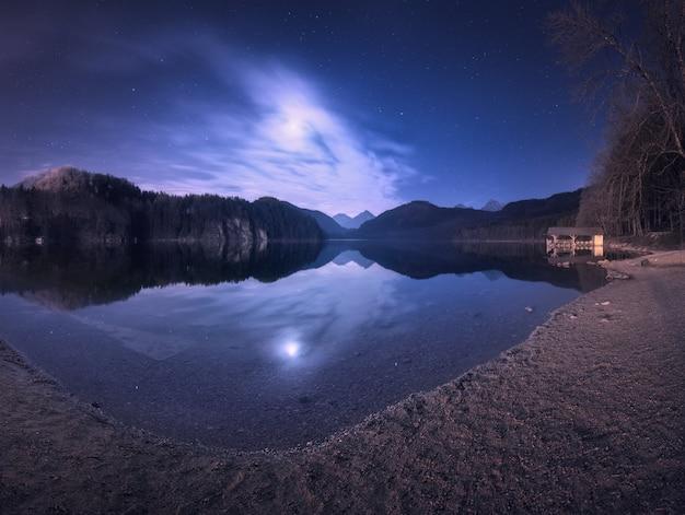 Nacht im alpsee see in deutschland. bunte nachtlandschaft