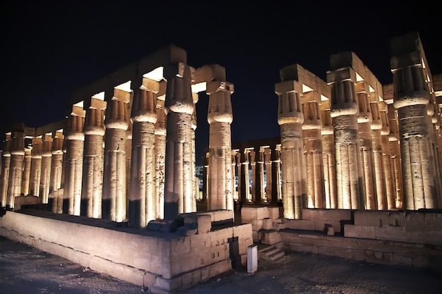 Nacht in den alten tempeln von luxor ägypten
