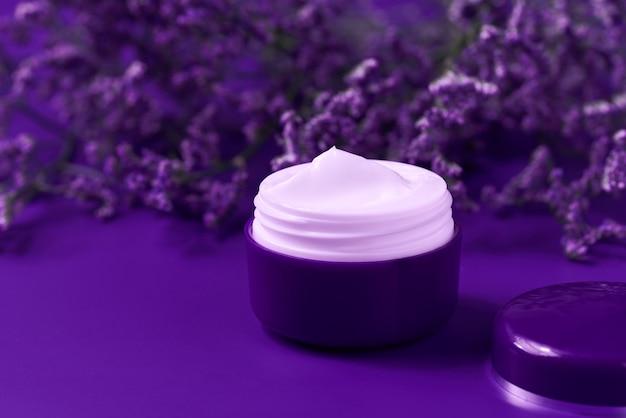 Nacht natürliche feuchtigkeitscreme oder körperlotion, anti-aging-hautpflegekonzept. luxuriöse kosmetische hautreinigungscreme oder vitamin-spa-lotion, eine natürliche bio-kräuter-anti-falten-feuchtigkeitscreme.