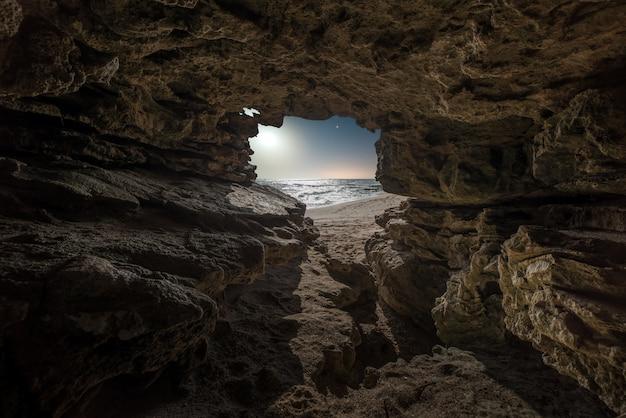 Nacht scape zusammensetzung im strand innerhalb des naturparks der südküste von spanien