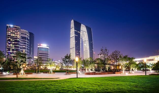 Nachtansicht der architektonischen landschaft in suzhou financial district