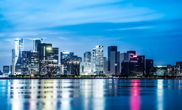 Nachtansicht der architektonischen landschaft und der städtischen skyline im finanzviertel hangzhou