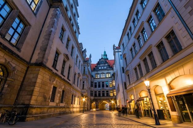 Nachtansicht der beleuchteten schmalen straße mit alten historischen gebäuden der stadt dresden, deutschland.
