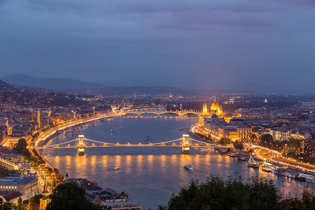 Nachtansicht der donau und von budapest