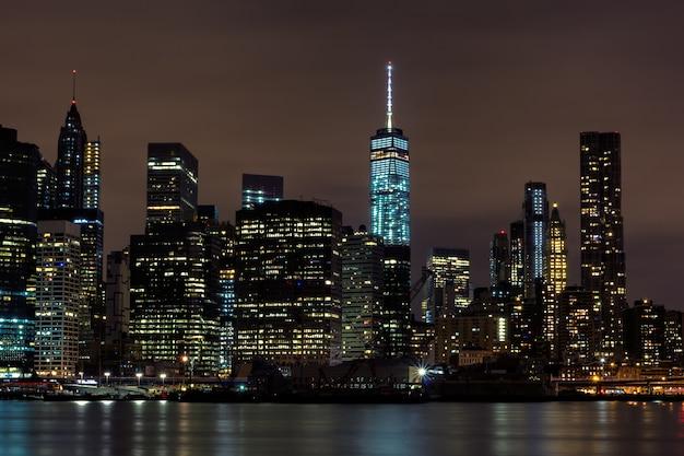 Nachtansicht der innenstadt von manhattan vom brooklyn bridge park