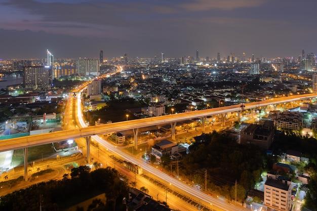 Nachtansicht der landstraße in den städtischen skylinen thailand des stadtbilds bangkok-stadt im stadtzentrum gelegen
