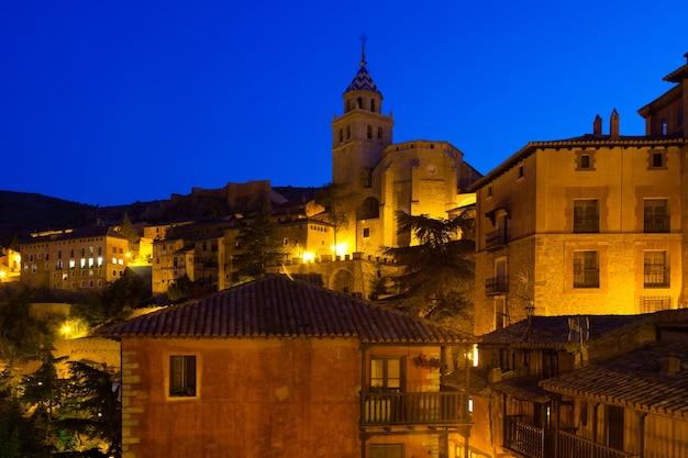 Nachtansicht der malerischen häuser in albarracin