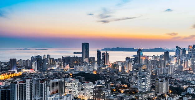 Nachtansicht der qingdao-küstenlinienarchitektur und der städtischen skyline