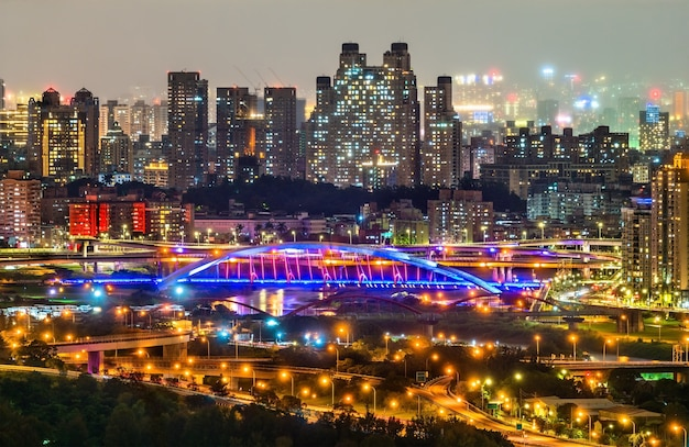 Nachtansicht der stadt new taipei im bezirk xindian, taiwan