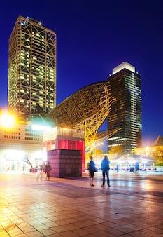 Nachtansicht der wolkenkratzer in port olimpic - zentrum des nachtlebens in barcelona, spanien