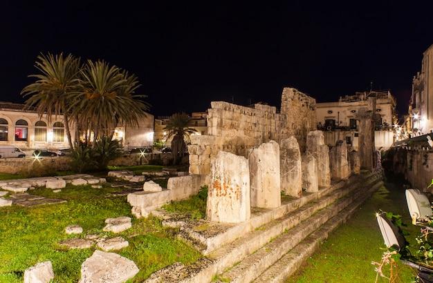 Nachtansicht des apollo-tempels in ortigia