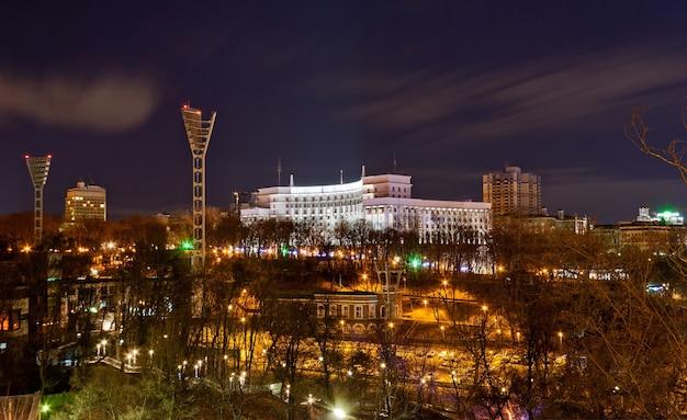 Nachtansicht des dynamo-stadions und des regierungsgebäudes in kiew, ukraine