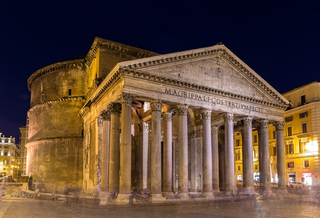 Nachtansicht des pantheons in rom