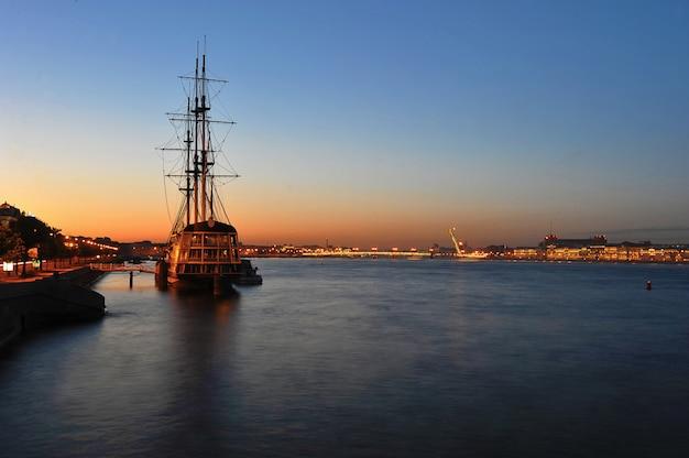 Nachtansicht des segelboots und der liteiny-brücke
