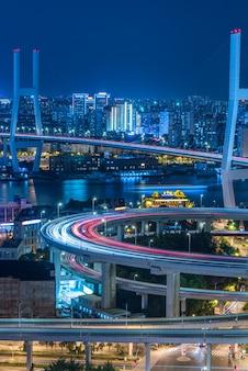 Nachtansicht des stadtverkehrs mit stadtbild