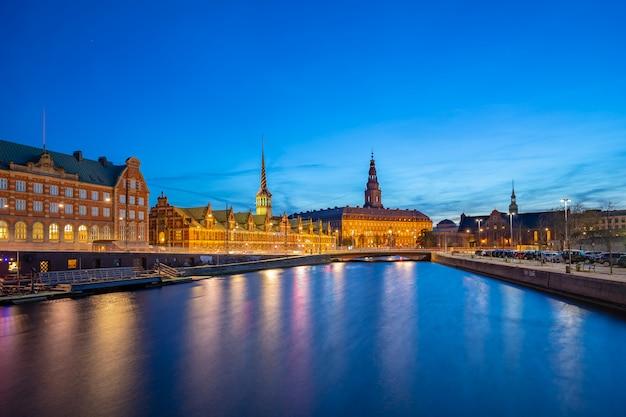 Nachtansicht über christiansborg-palast in kopenhagen, dänemark