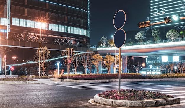 Nachtansicht und straße von suzhou city