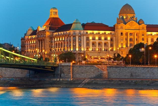 Nachtansicht von budapest, ungarische sehenswürdigkeiten, fragment der freiheitsbrücke und gellert hotel palace