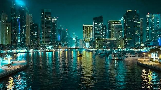 Nachtansicht von dubai. schöne nachtansicht des modernen geschäftsviertels von dubai.
