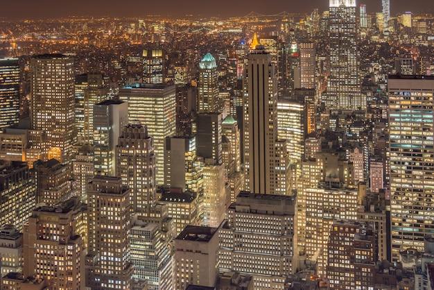 Nachtansicht von new york manhattan während des sonnenuntergangs