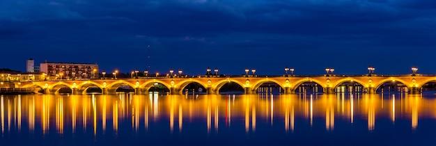 Nachtansicht von pont de pierre in bordeaux - aquitanien, frankreich